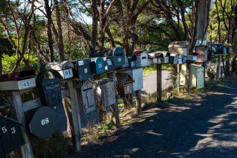 Una fila de las diversas cajas formadas y clasificadas del correo por el lado del camino en Nueva Zelanda rural fotos de archivo
