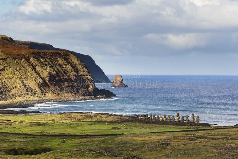 Una fila de las estatuas de Moai imagen de archivo libre de regalías