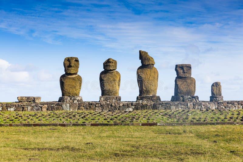 Una fila de las estatuas de Moai fotos de archivo
