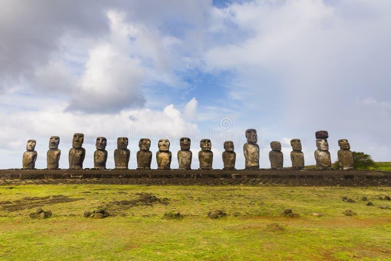 Una fila de las estatuas de Moai foto de archivo libre de regalías