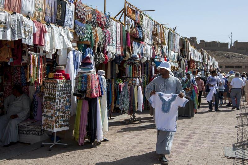Una fila de tiendas de souvenirs en la entrada al templo de Horus en Edfu, Egipto imagen de archivo libre de regalías