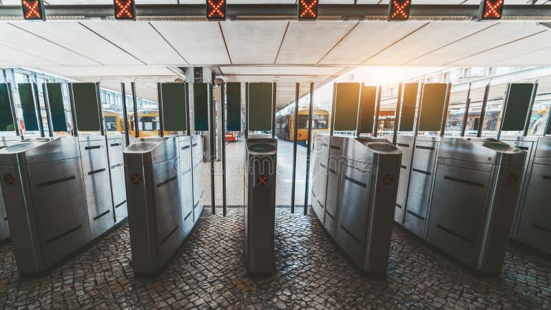 Una fila de torniquetes en la estación de tren imagen de archivo libre de regalías