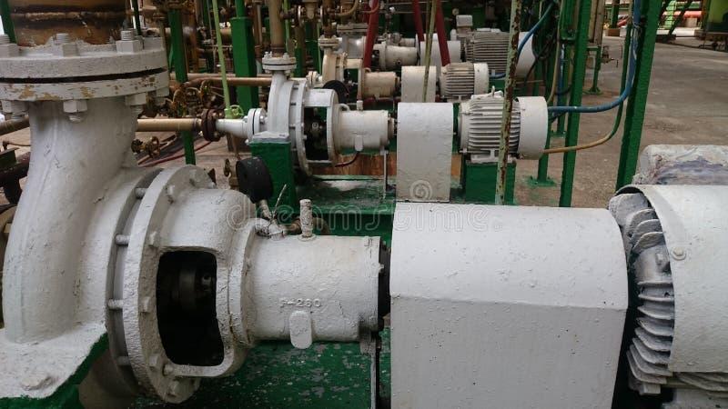 Una fila dei motori elettrici per industria delle pompe idrauliche immagine stock libera da diritti