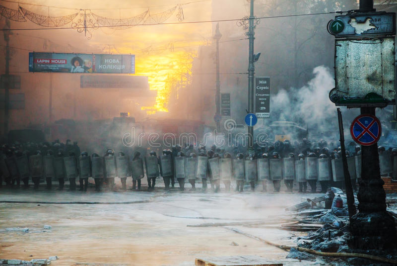 Una fila della polizia di tumulto alla via di Hrushevskogo a Kiev, Ucraina fotografia stock libera da diritti