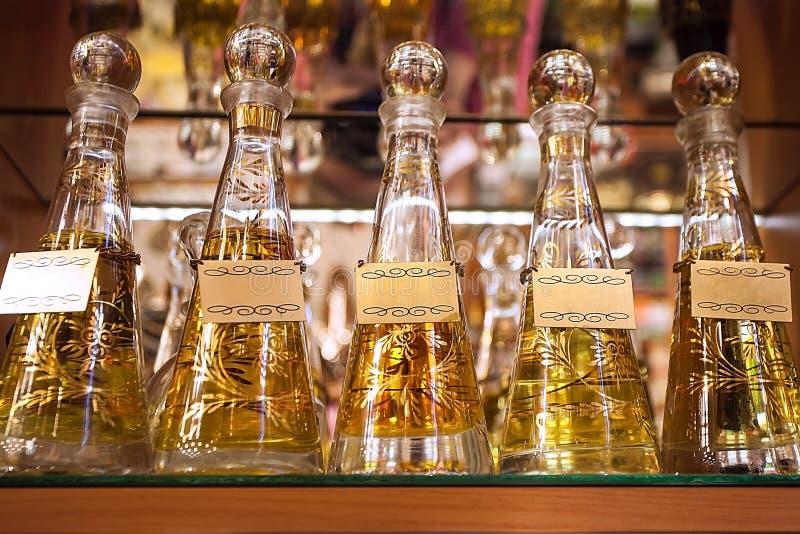 Una fila delle bottiglie colorate con profumo Bottiglie di vetro con profumo Profumeria, aromi piacevoli immagine stock libera da diritti