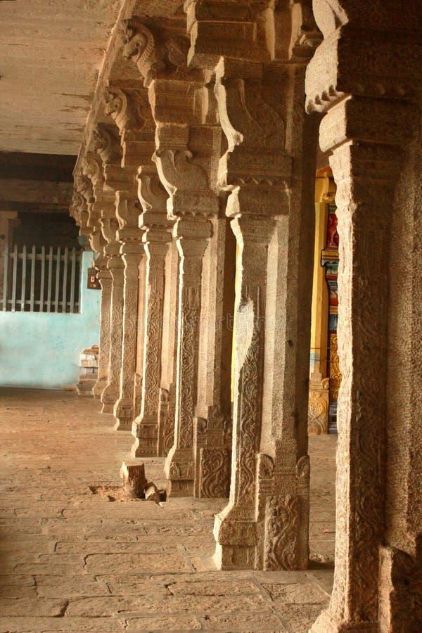 Una fila delle colonne di pietra ornamentali nel tempio vinayagar di manicka di malaikottai immagine stock