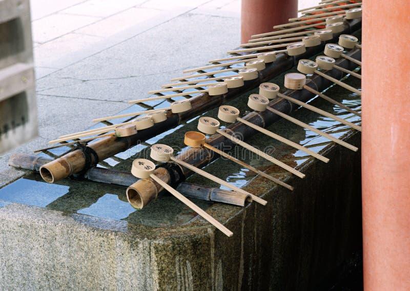 Una fila dello strumento di legno giapponese del bastone con fondo capo circolare immagini stock