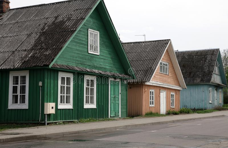 Una fila di case nei colori differenti fotografia stock