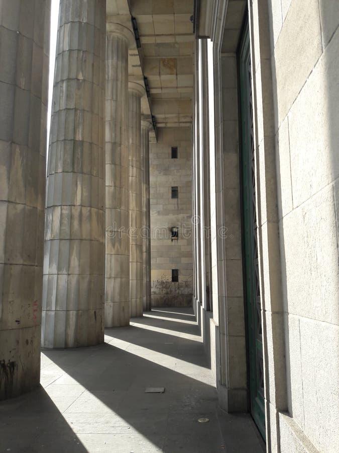 Una fila di colonne e ombre sull'Argentina di Buenos Aires fotografia stock libera da diritti