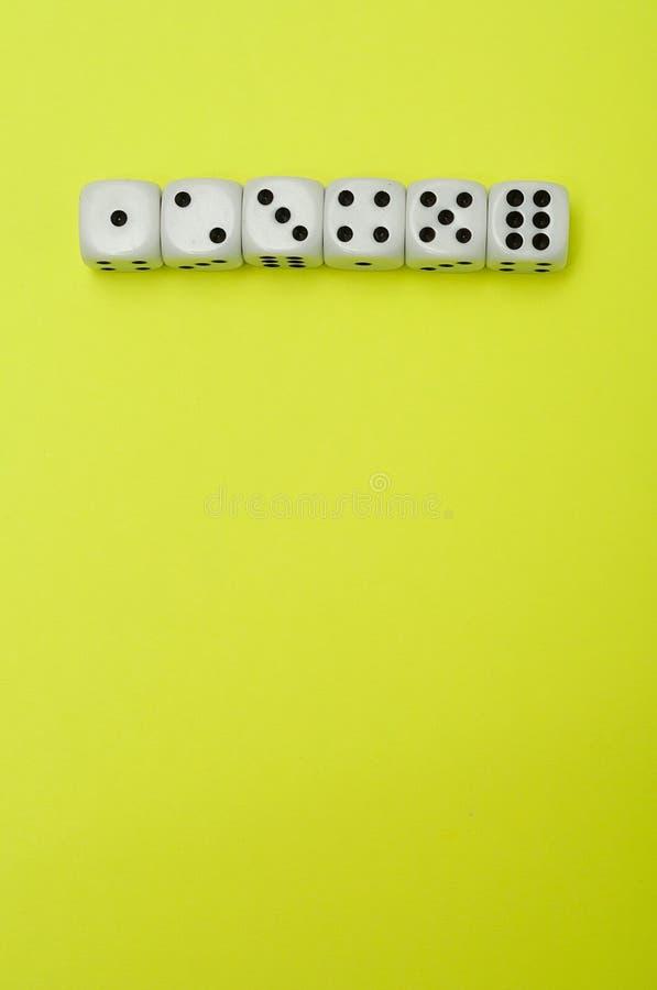 Una fila di taglia 1 - 6 a cubetti fotografia stock libera da diritti