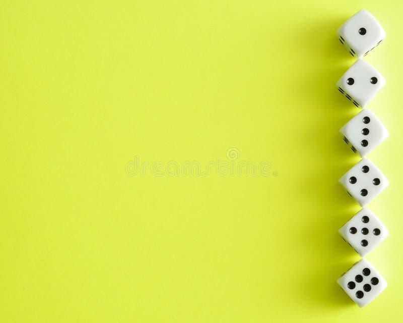 Una fila di taglia 1 - 6 a cubetti immagini stock libere da diritti