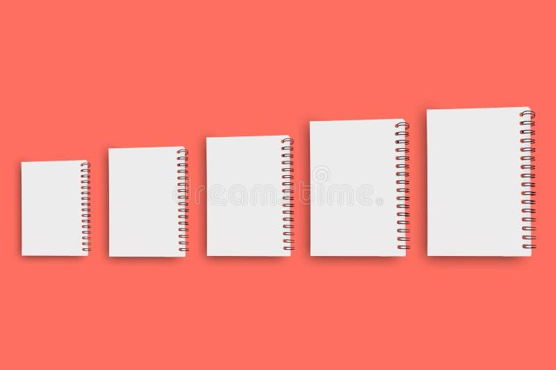 Una fila orizzontale di cinque blocchi note di carta in bianco con cavo a spirale per la nota o di ricavare da piccolo a grande s fotografia stock