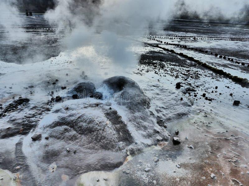 Una fine attiva del geyser su al giacimento di Geysers del Tatio vicino a San Pedro de Atacama nel Cile immagini stock libere da diritti