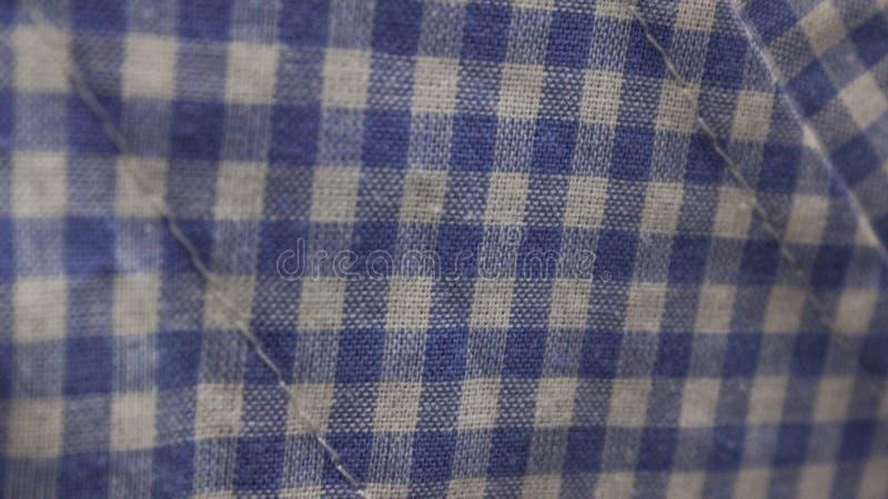 una fine su delle camice blu del percalle immagini stock