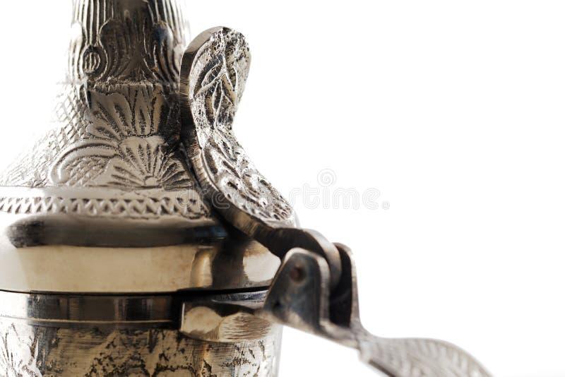 Una fine su di un dallah decorato, il vaso del metallo per produrre caffè arabo immagini stock