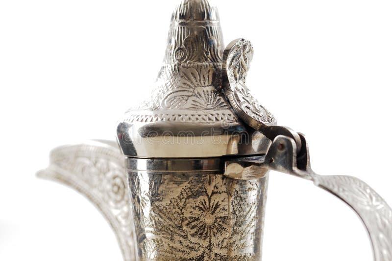 Una fine su di un dallah decorato, il vaso del metallo per produrre caffè arabo fotografia stock libera da diritti