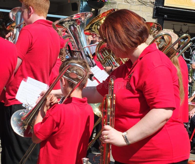 Una fine su di un musicista da un brass band che esegue al concorso d'ottone pubblico del marzo dentro hebden il centro città del fotografia stock