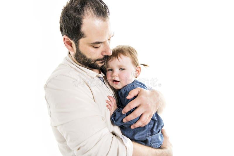 Una fine sul ritratto del padre bello che tiene sua figlia gridante fotografia stock libera da diritti