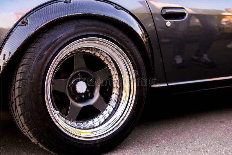Una fine sulla grande ruota dell'automobile di lusso veloce del muscolo fotografie stock libere da diritti