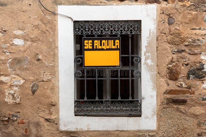 Una finestra con la a per affitto firma dentro la vecchia città di Caceres immagine stock