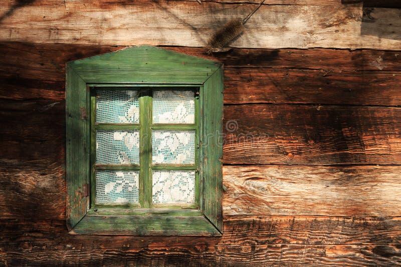 Una finestra della casa dell'annata nel sunlig piacevole immagine stock libera da diritti