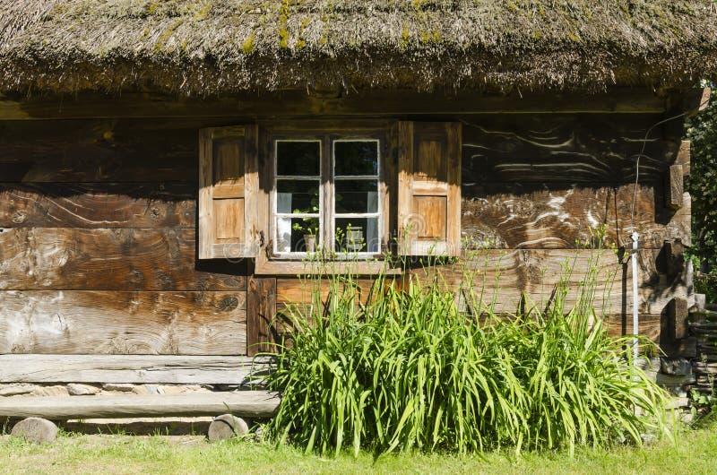Una finestra di un cottage di legno fotografia stock
