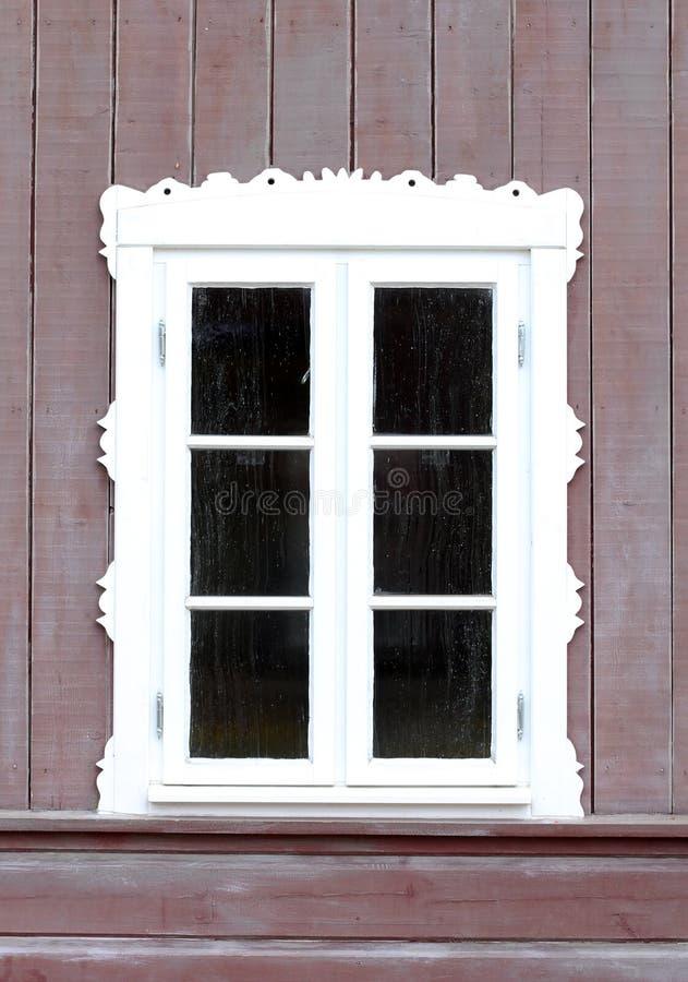 Una finestra di vecchia casa di legno immagini stock
