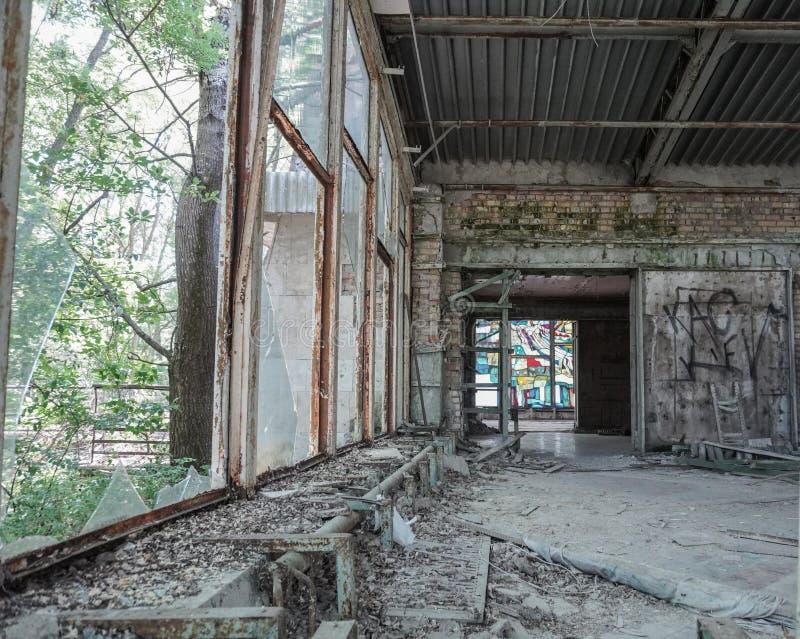 Una finestra di vetro macchiato fornisce il colore nelle rovine di un ristorante abbandonato in Pripyat, Ucraina, evacuata dopo C immagini stock libere da diritti