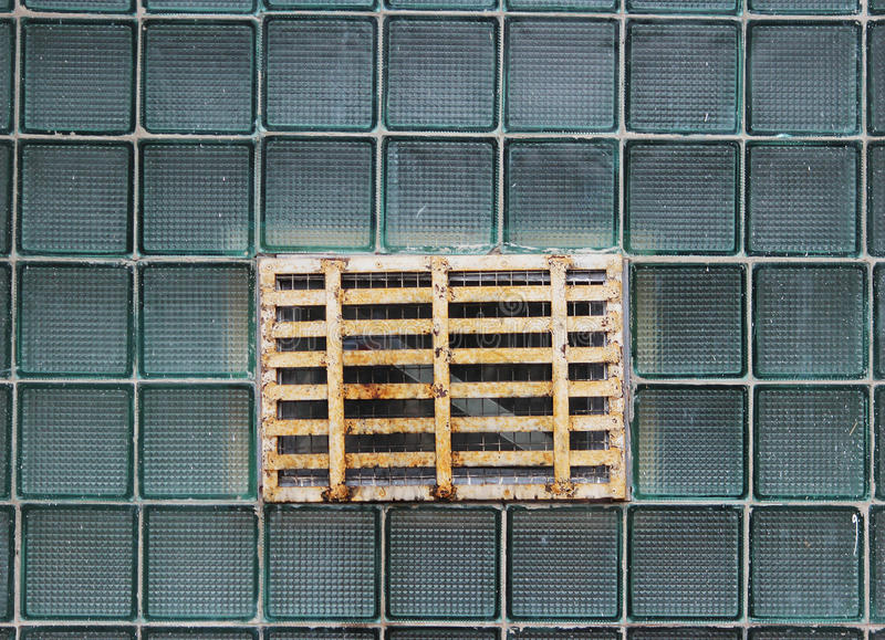 Una finestra in una parete di vetro fatta delle cellule a pareti spesse in lotti fotografia stock