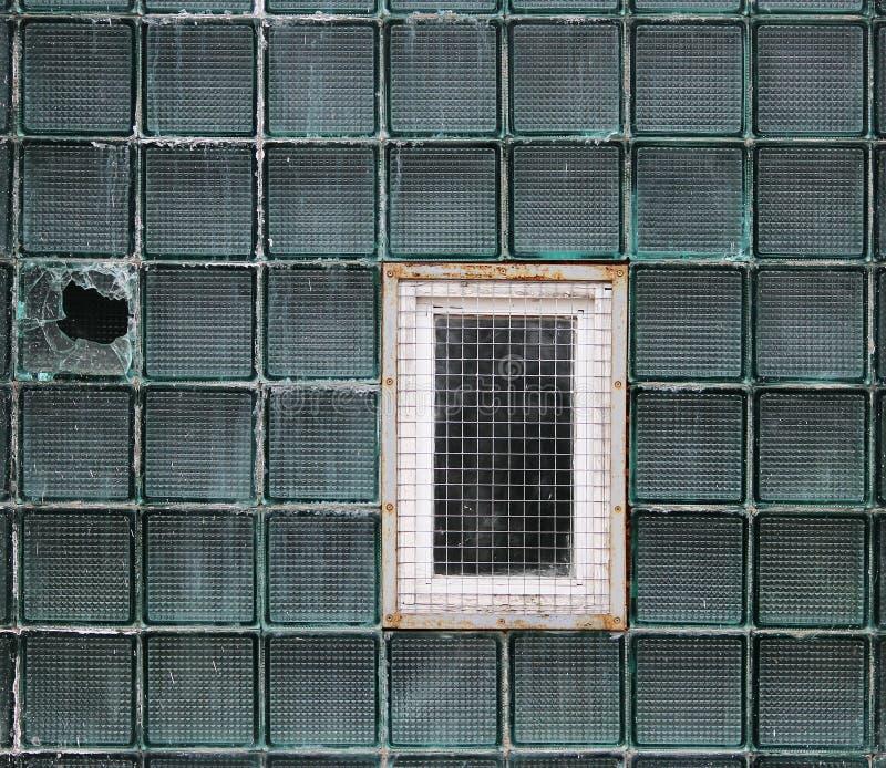 Una finestra in una parete di vetro fatta delle cellule a pareti spesse in lotti immagini stock
