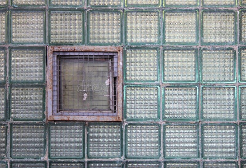 Una finestra in una parete di vetro fatta delle cellule a pareti spesse in lotti fotografie stock libere da diritti
