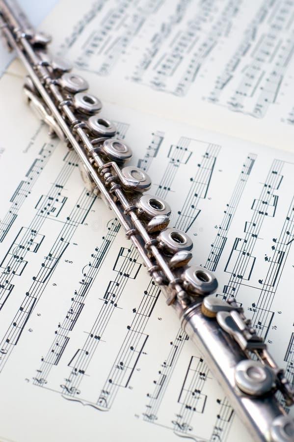 Una flauta en música de hoja imagen de archivo libre de regalías