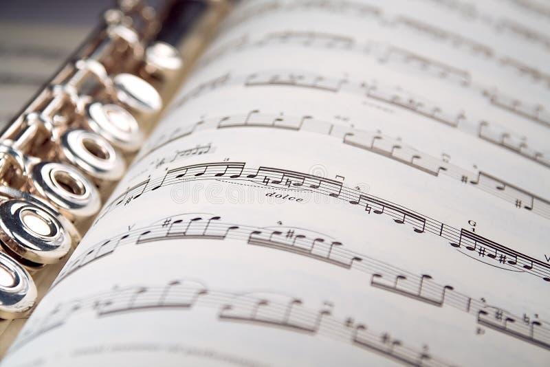 Una flauta se reclina dentro de una cuenta musical fotos de archivo libres de regalías