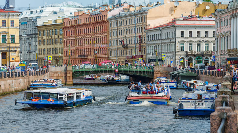 Una folla dei waterbuses sul fiume di Moyka vicino al ponte verde alla stagione estiva fotografia stock