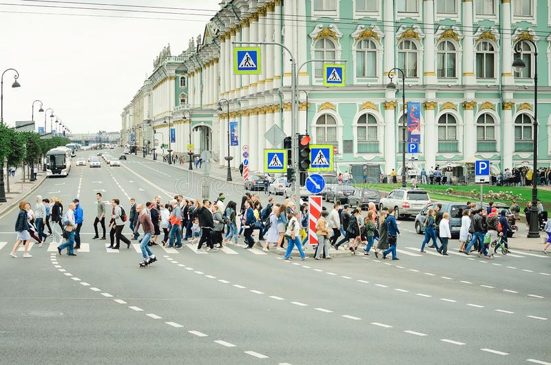 Una folla della gente attraversa la strada ad un passaggio pedonale a St Petersburg fotografia stock libera da diritti