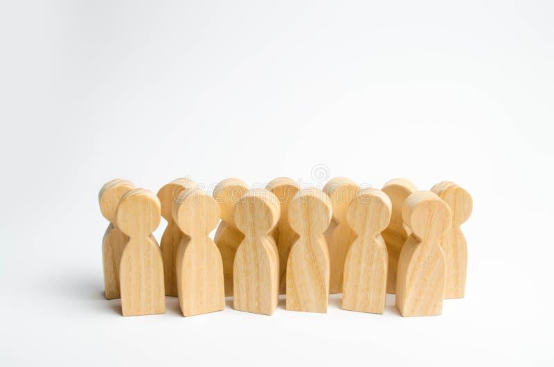 Una folla delle figure di legno della gente che sta su un fondo bianco Il concetto della popolazione e la densità della folla Lui fotografia stock