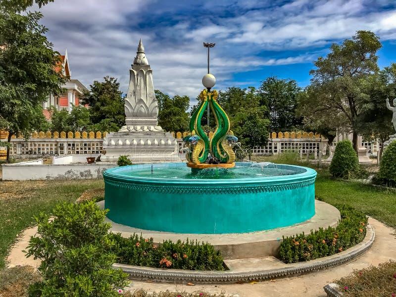 Una fontana concreta con la statua del Naga a cui quel Phoun fotografia stock