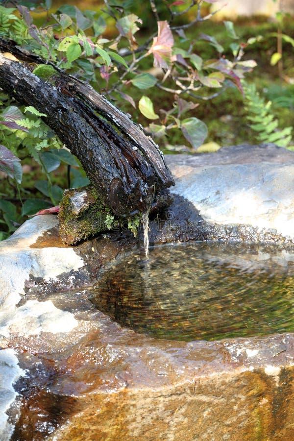 Una fontana giapponese del giardino fotografie stock libere da diritti