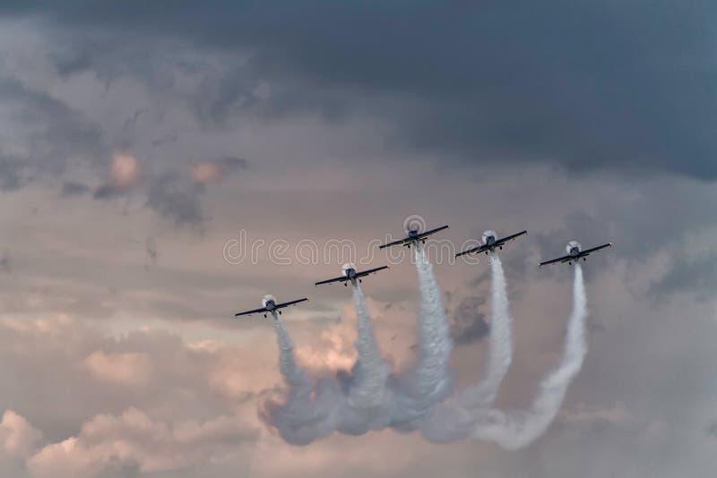 Una formazione di cinque aeroplani ad uno show aereo fotografia stock libera da diritti