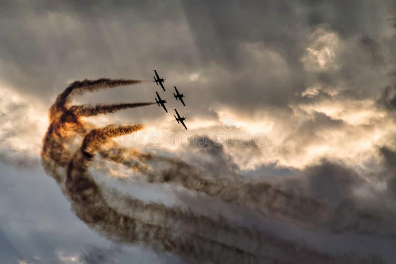 Una formazione di quattro aeroplani su un cielo di tramonto ad uno show aereo fotografia stock