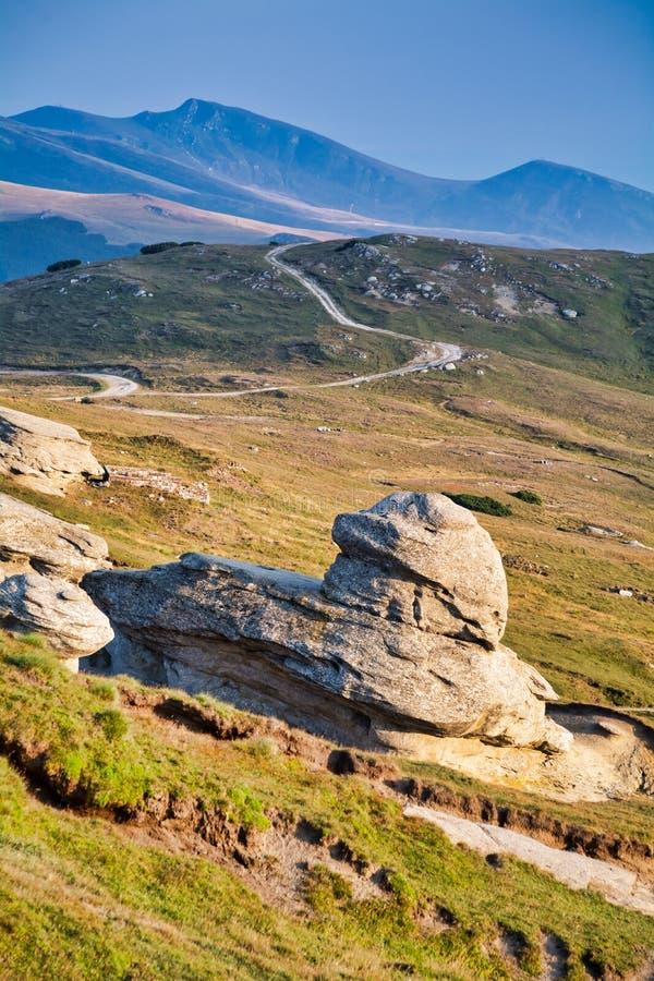 Una formazione rocciosa nelle montagne fotografia stock libera da diritti
