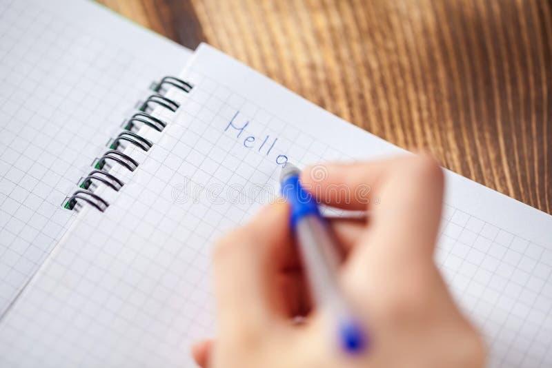 Una foto cercana de las personas que escriben una letra con una pluma imagen de archivo libre de regalías