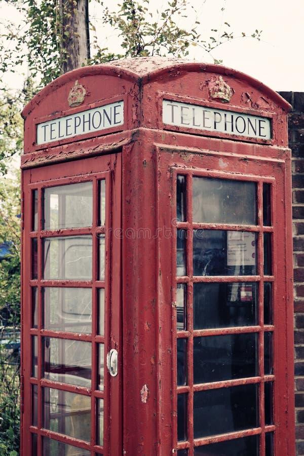 Una foto cosechada de una cabina de teléfono británica con un filtro aplicado del vintage fotografía de archivo libre de regalías