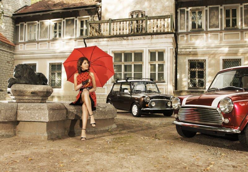 Una foto de la vendimia de una mujer joven con un paraguas fotografía de archivo