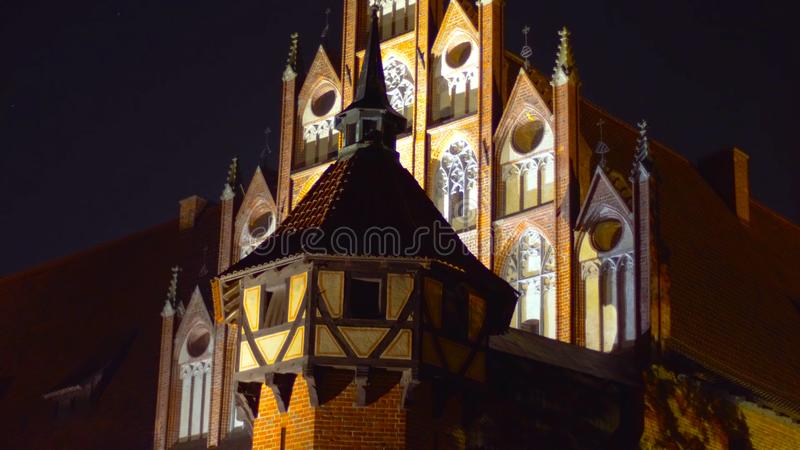 Una foto de un palacio en Polonia - en la noche - que pasa por alto las altas montañas - un lugar para una comida campestre - ene imagen de archivo libre de regalías