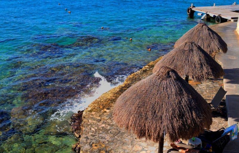 Palapas en la playa del Caribe fotos de archivo