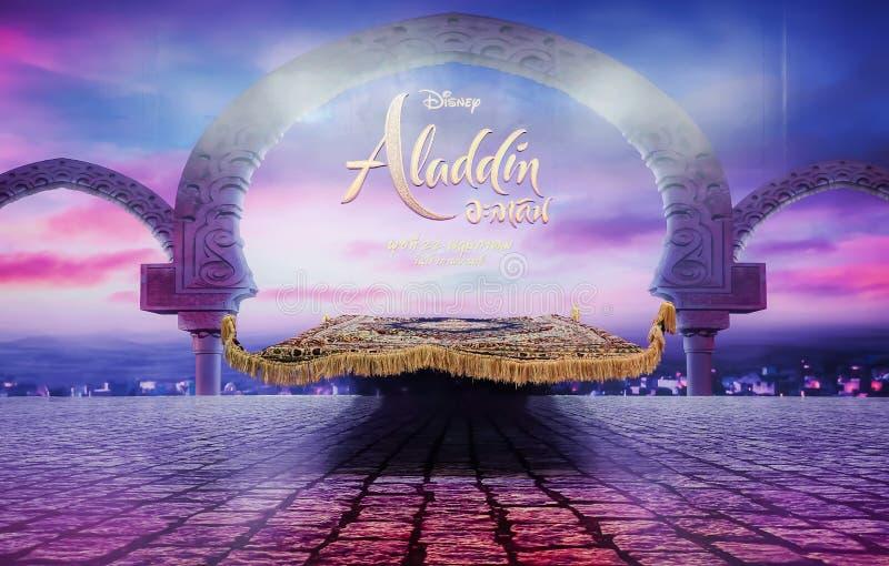 Una foto del espectador de pie de la película de una alfombra mágica delante de una escena crepuscular en Aladdin para promover l imagen de archivo libre de regalías