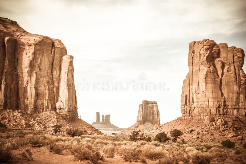 Una foto del paesaggio delle formazioni rocciose alla valle del monumento di Sedona immagini stock libere da diritti