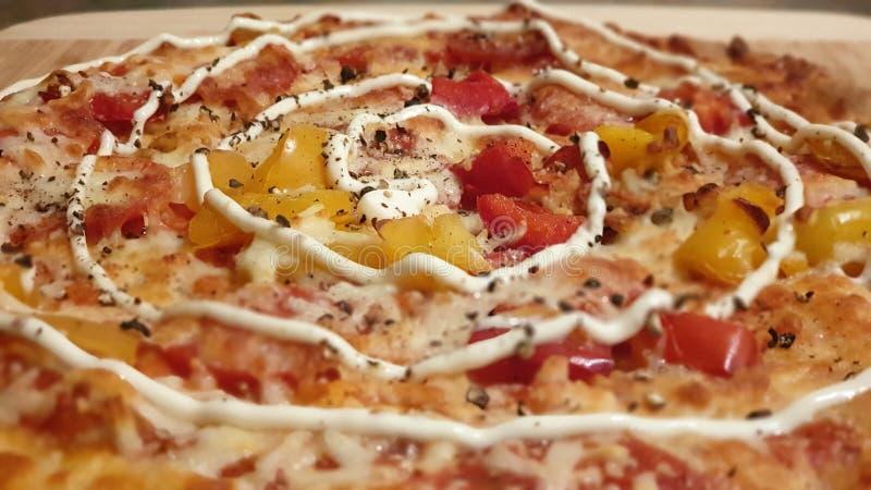 Una foto del primer de una pizza hecha en casa deliciosa fotos de archivo