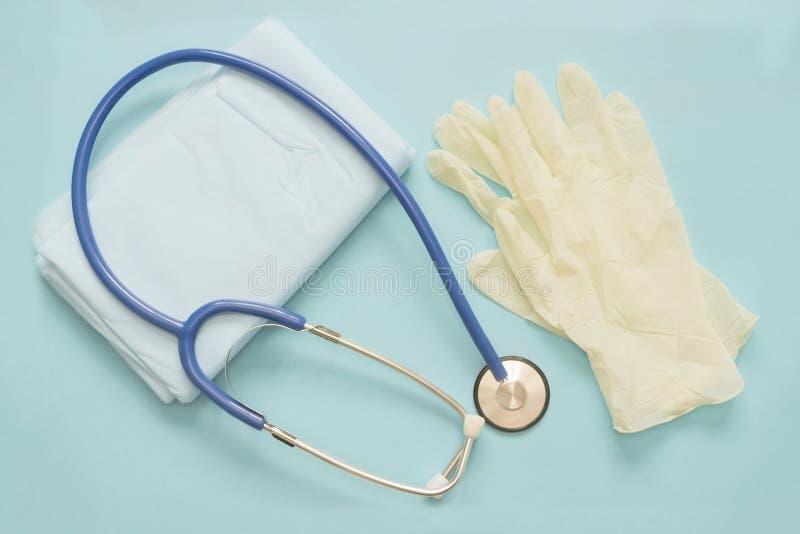 Una foto desde arriba del phonendoscope o del estetoscopio y una servilleta para los propósitos de diagnóstico de COPD, SID pulmo fotos de archivo libres de regalías